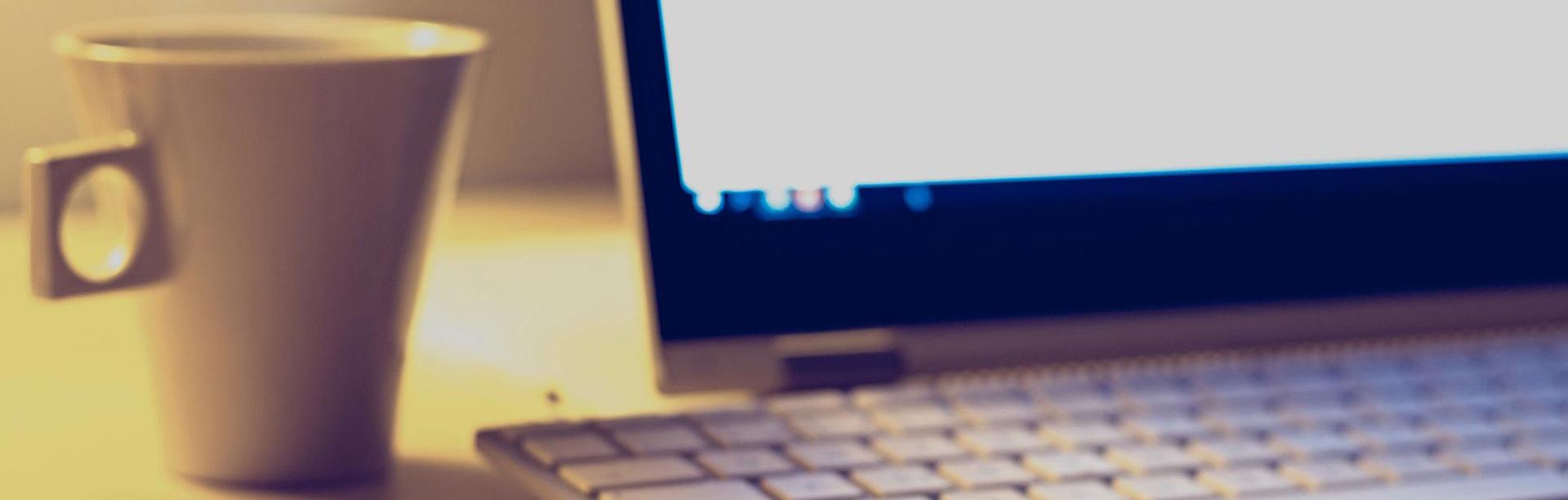banner laptop kaffee